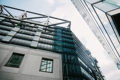 vue d'angle faible des gratte-ciel modernes et du ciel bleu, Potsdamer Platz, Berlin, Allemagne Photos libres de droits