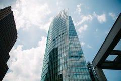 vue d'angle faible des gratte-ciel modernes et du ciel bleu, Potsdamer Platz, Berlin, Allemagne Photographie stock