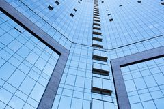 Vue d'angle faible des immeubles de bureaux grands Photo libre de droits