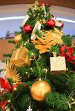 Vue d'angle faible d'un grand arbre de Noël décoré complètement des ornements magnifiques Photographie stock libre de droits