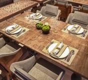 Vue d'angle d'installation de table pour le restaurant arabe moderne, concept, table affligée en bois, 3d rendre illustration stock