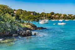 Vue d'angle rocheuse de littoral de la marina Photographie stock libre de droits