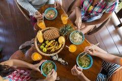 Vue d'angle supérieur des personnes mangeant de la nourriture traditionnelle asiatique de soupe de nouilles Photos libres de droits