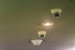 Vue d'appareil photo numérique de degré de sécurité de télévision en circuit fermé sur le plafond avec de la La d'éclairage Image stock