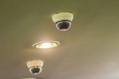 Vue d'appareil photo numérique de degré de sécurité de télévision en circuit fermé sur le plafond avec de la La d'éclairage Images libres de droits