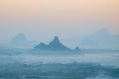 Vue d'aquarelle de paysage brumeux de matin Hpa, Myanmar (bureau Photos stock