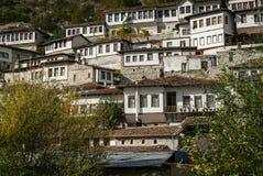 Vue d'architecture de tabouret dans la vieille ville Albanie de berat historique Photographie stock libre de droits
