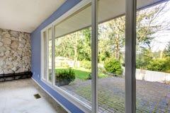 Vue d'arrière-cour par la fenêtre photographie stock