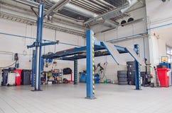 Vue d'atelier de réparations d'automobile image stock