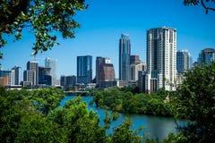 Vue d'Austin Texas Blue Sky Cityscape Skyline sur la colline au-dessus de regarder le lac Photo libre de droits
