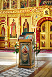 Vue d'autel doré avec des graphismes dans l'église russe Photo libre de droits