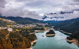 Vue d'automne avec le feuillage rouge des Alpes avec le lac au Tyrol Image stock