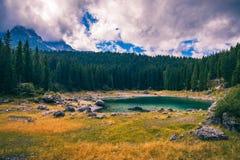Vue d'automne avec le feuillage rouge des Alpes avec le lac au Tyrol Image libre de droits