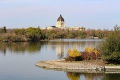 Vue d'automne de législature de Saskatchewan de lac Wascana photo stock