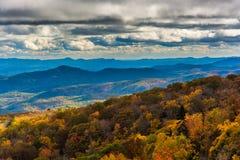 Vue d'automne de la roche de soufflement proche bleue de Ridge Parkway Images stock