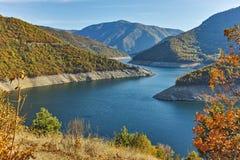 Vue d'automne du barrage du réservoir de Vacha Antonivanovtsy, montagne de Rhodopes Images stock