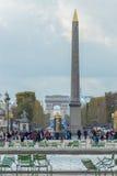 Vue d'automne du Champs-Elysees et de l'Arc de Triomphe dans Photo stock