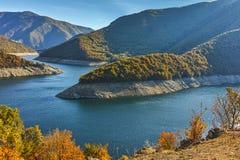 Vue d'Autumn Panoramic du barrage du réservoir de Vacha Antonivanovtsy, montagne de Rhodopes Image stock