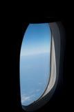 Vue d'avion de fenêtre avec le fond ensoleillé de ciel Photos stock