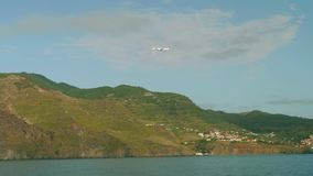 Vue d'avion entrant pour débarquer dans l'aéroport de la Madère de nternational banque de vidéos