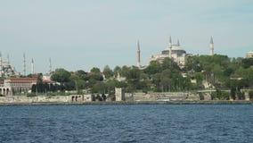 Vue d'Aya Sophia et de mosquée bleue de Bosphorus banque de vidéos