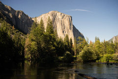 Vue d'EL Capitan avec la rivière de Merced dans le premier plan photos stock
