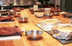 Vue d'ensemble d'une table de cuisine professionnelle Photo stock