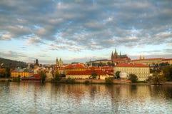 Vue d'ensemble de vieux Prague de côté de passerelle de Charles Image libre de droits