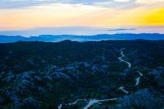 Vue d'Erial de montagne avec la route Crépuscule au-dessus des collines avec des routes sur le dessus image stock