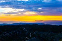 Vue d'Erial de montagne avec la route Crépuscule au-dessus des collines avec des routes sur le dessus photos libres de droits