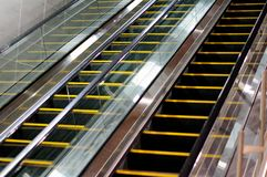 Vue d'escalator de côté avec le mur carrelé Images stock
