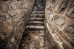 Vue d'escalier en pierre antique au château Photo libre de droits