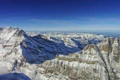 Vue d'hélicoptère d'arête de Jungfrau en hiver Photos stock