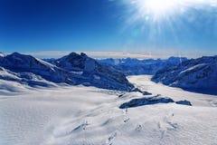 Vue d'hélicoptère de glacier d'Aletch de Suisse en hiver Photographie stock libre de droits