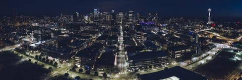 Vue d'hélicoptère sur des lumières d'horizon de ville dans le panorama de Seattle au Ni Images stock