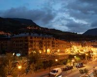Vue d'hôtel dans la banlieue noire de Canillo au crépuscule images libres de droits