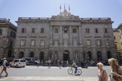 Vue d'hôtel de ville de Barcelone, Espagne avec la foule et les personnes Photo stock