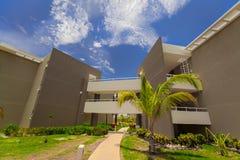 Vue d'hôtel invitant les bâtiments et les raisons élégants confortables sur le fond de ciel bleu photo stock