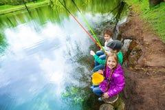 Vue d'haut des enfants tenant des articles de pêche Photo libre de droits