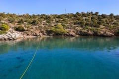 Vue d'heure d'été sur la côte d'île de Poros de baie d'amour de l'alimentation de yacht, Grèce Image libre de droits