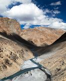 Vue d'Himalaya indien - montagne et River Valley Photo stock