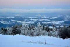 Vue d'hiver à la distance lointaine aux montagnes Krkonose Images libres de droits