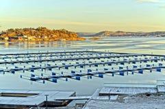 Vue d'hiver d'un dock vide pour des bateaux Images stock