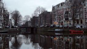 Vue d'hiver de début de la matinée sur un de canaux d'Amsterdam banque de vidéos