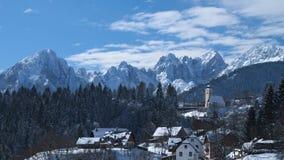 Vue d'hiver de l'église de Coccau avec la neige Images stock