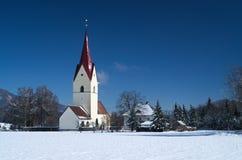Vue d'hiver de l'église de Thoerl-Maglern (St Andreas de Pfarrkirche) Photos libres de droits