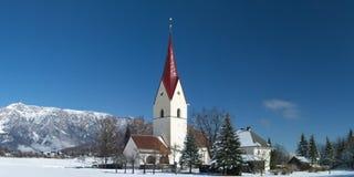 Vue d'hiver de l'église de Thoerl-Maglern (St Andreas de Pfarrkirche) Photographie stock
