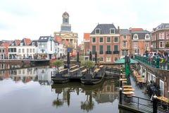 Vue d'hiver de l'Aalmarkt au centre de Leyde, un jour pluvieux aux Pays-Bas photos libres de droits