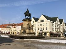 Vue d'hiver de la place dans Podebrady, République Tchèque Photos stock