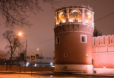 Vue d'hiver de nuit à la bastion et au mur du monastère de Donskoy à Moscou, Russie Photo stock